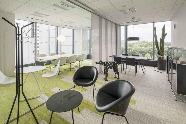 画像: USMハラーやi+の家具で、白と黒にコーディネートされた会議室