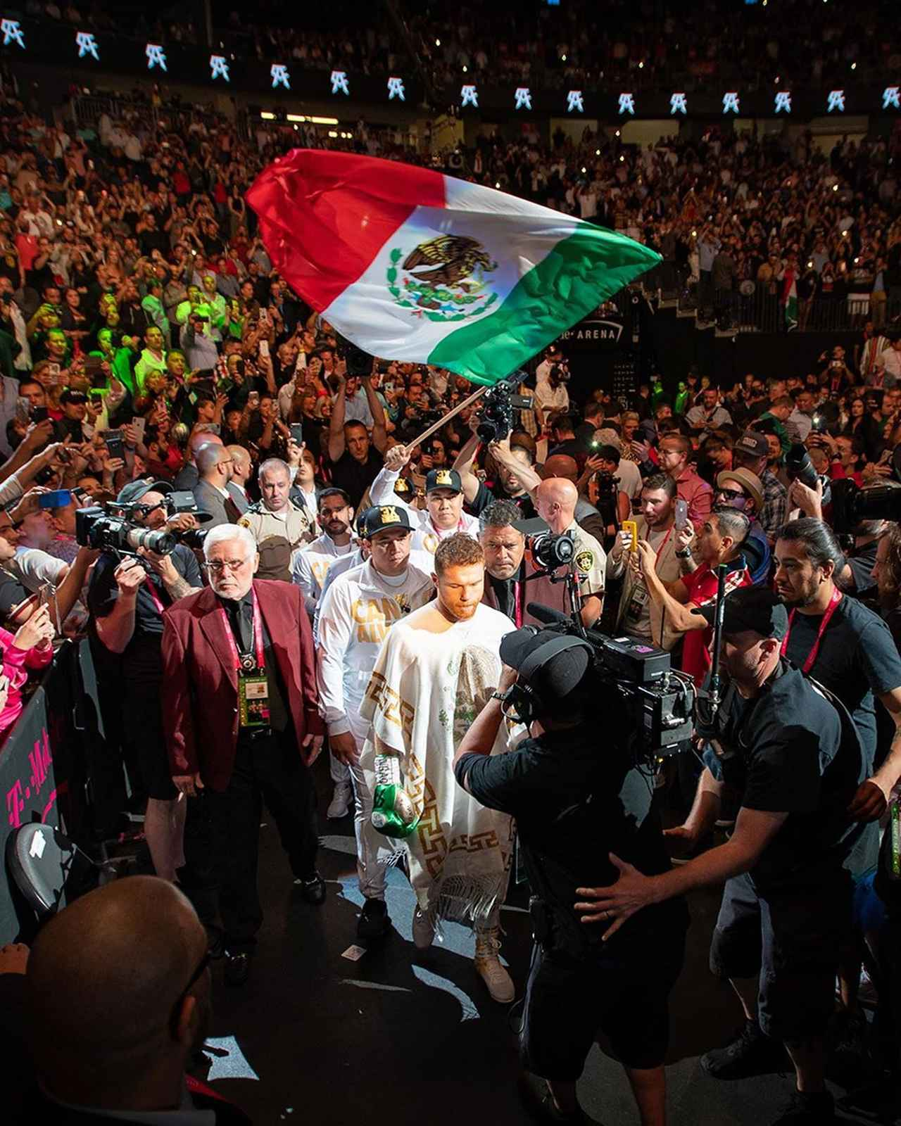 """画像1: Saul Alvarez on Instagram: """"Orgulloso de ser mexicano y representar estos colores ¡Viva México! """" www.instagram.com"""