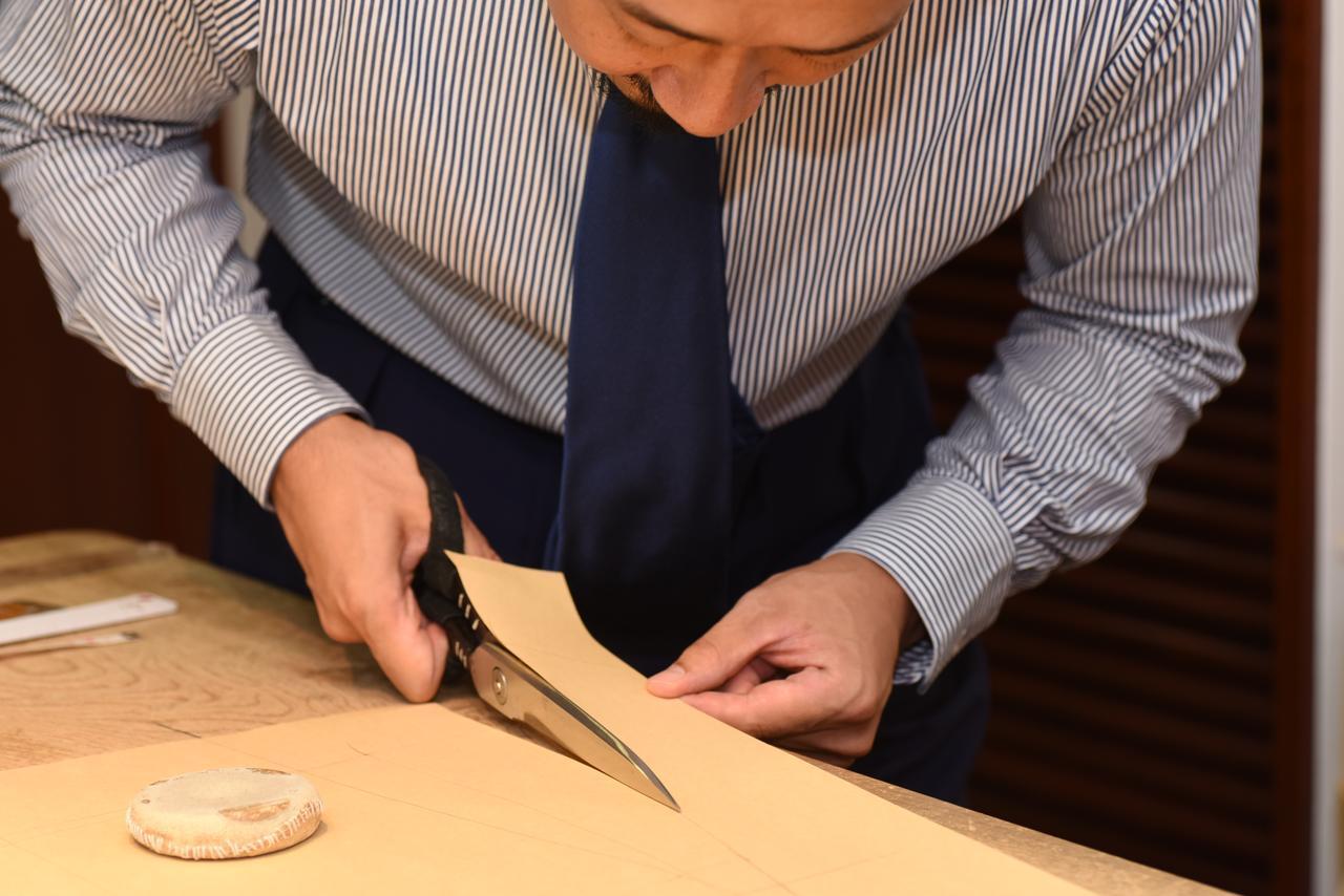 画像: 製作はすべて手作業で行われる。もちろん型紙作りだけでなく、生地の裁断から縫製も職人の手によるもの。これがビスポークテーラーの仕事である