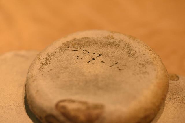 画像: 型紙を抑える重りには1987年10月の文字。これは重りの革を張り替えた年月だという。髙橋洋服店ではいつ何をしたかの記録がすべてメモしてある。細かいところに丁寧さが現れているいい例だ