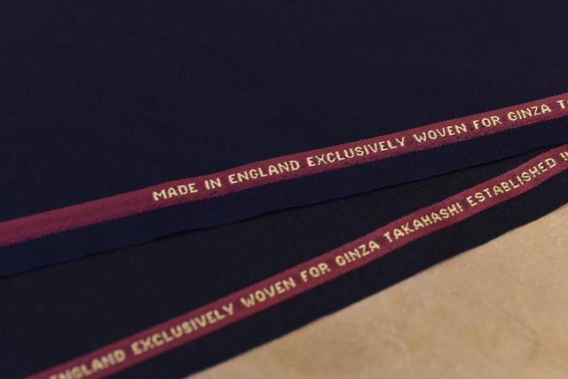 画像: 髙橋洋服店オリジナル生地で、もっともベーシックな紺とチャコールグレー。最初の一着としてオススメであり、いつまでも着られる汎用性の高さが魅力。こちらの生地で作るスーツは上下で35万円(税抜)