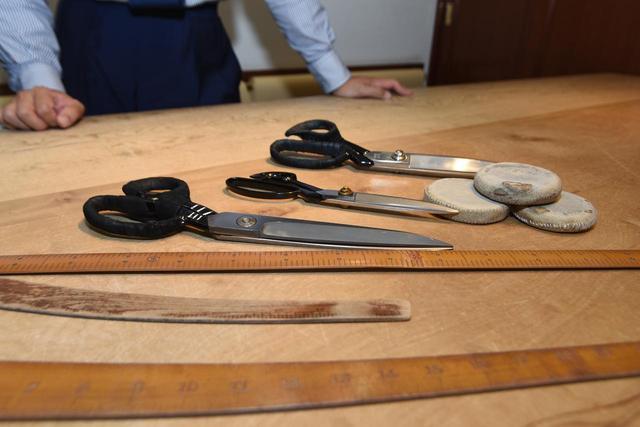 画像: 生地を切るハサミ、型紙を切るハサミ、「なまこ」と呼ばれるカーブ尺など、長年受け継がれてきた道具たち