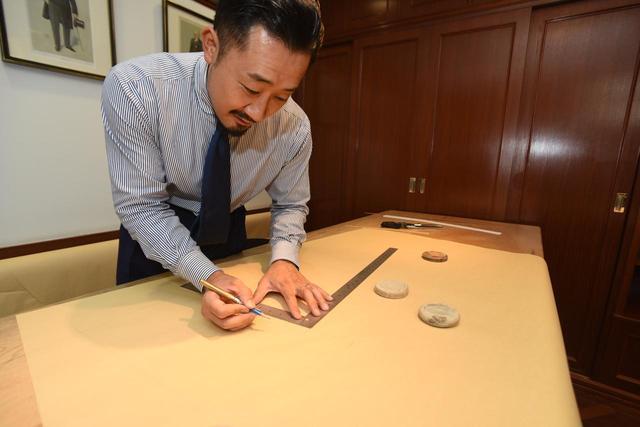 画像: 採寸を終えたら、そこから型紙作り。受け継がれた技術、長年の経験に加え、スーツを着用する人のことを考えながら型紙を作り上げていく