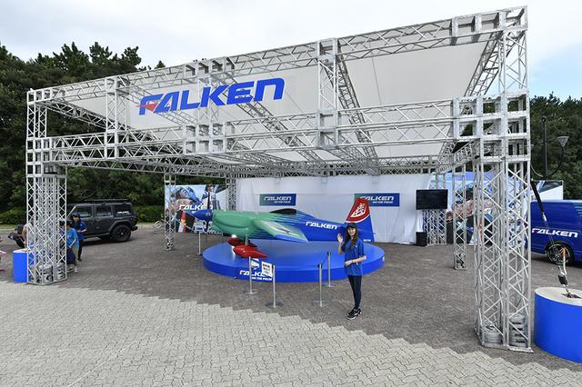 画像: スポンサーのファルケンブースには室屋選手の機体のレプリカが展示されていた。