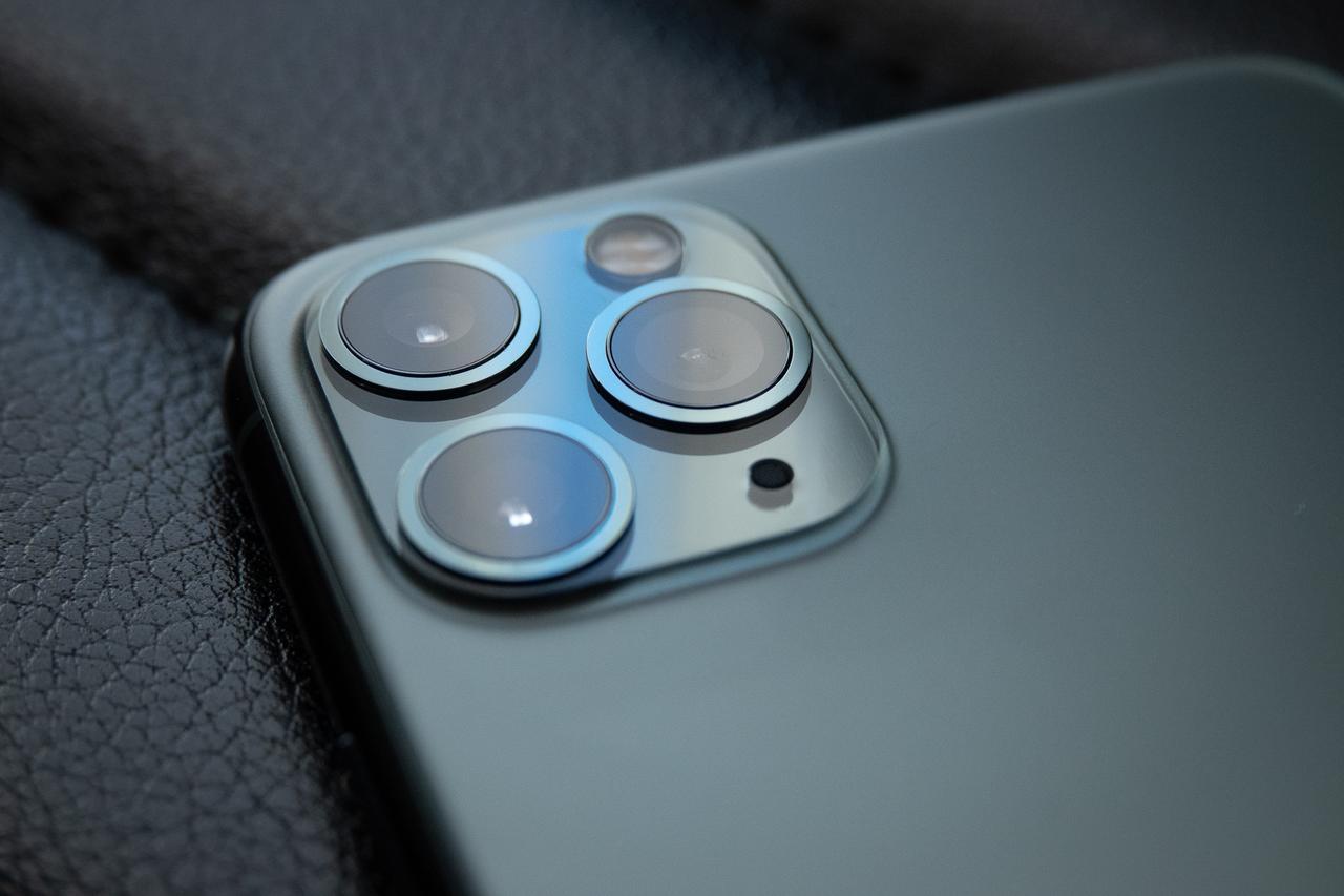 画像: iPhone 11 Pro Max ミッドナイトグリーン 新発表のiPhone 11 Proシリーズの新色。正三角形を描くように配置された 3つのレンズは、あたかも1つのレンズであるかのように映像を捉える。