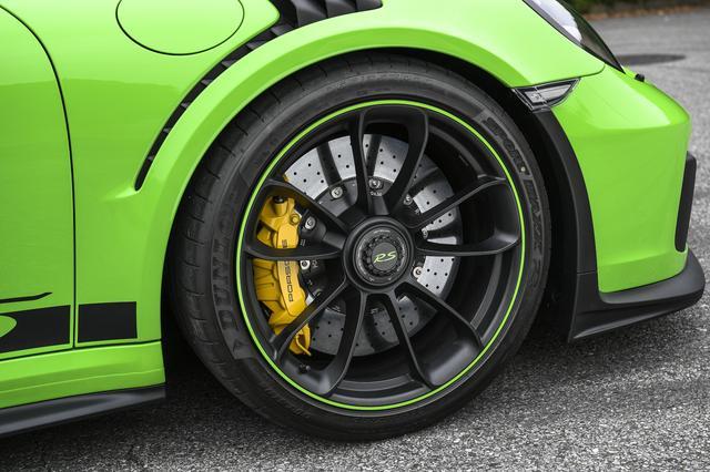画像: ブラック塗装仕上げ(シルクグロス)ホイールには、ボディと同色のアクセントをプラス。ブレーキはPCCB(ポルシェ・セラミックコンポジット・ブレーキ)で、ともにオプションとなる。