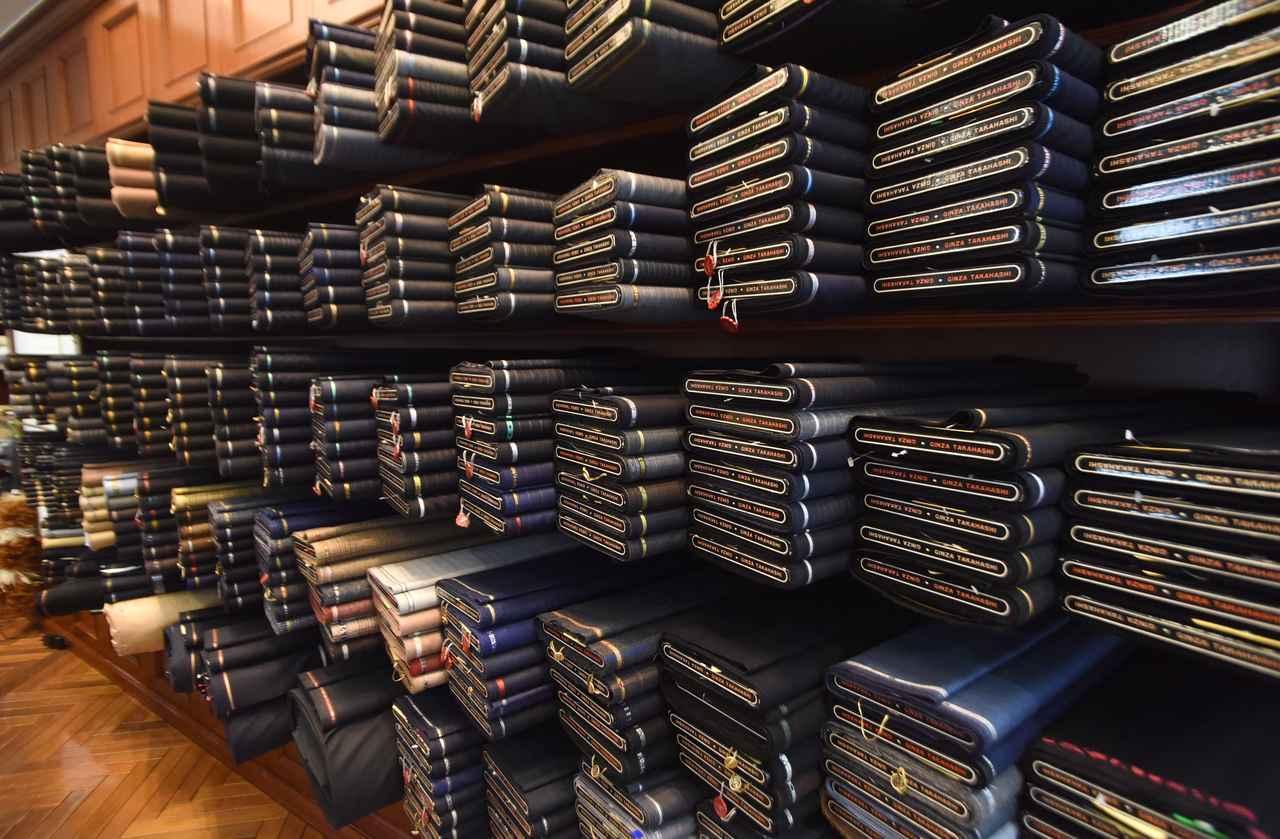 画像: 店舗内にはさまざまな生地が並ぶ。スーツはもちろん、普段着るジャケットから注文可能。完成は注文から約2か月ほど