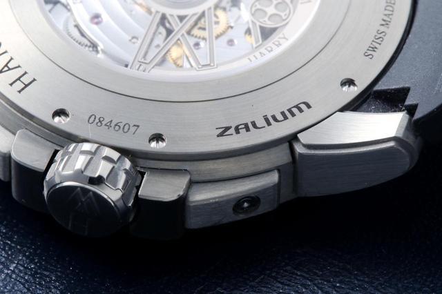 画像: 裏面にはZALIUMの文字。しっかりとした剛性を持ちながら非常に軽量なのが特長