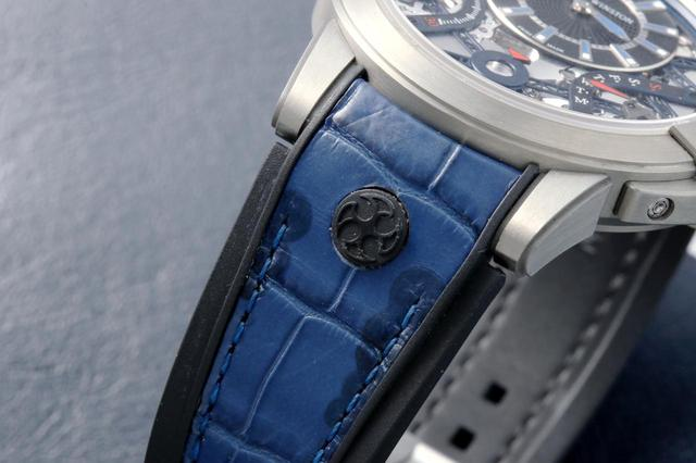 画像: ラバーとアリゲーターを組み合わせたブルーが美しいベルトには、HWおなじみの手裏剣モチーフを配置