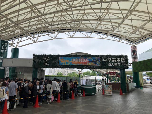 画像: 中京競馬場。開門前からこれほどの列ができる。