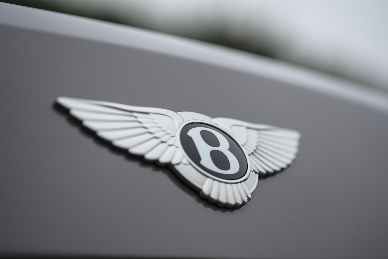 画像: ベントレーのブランドアイコンと言えば、「フライングB」。左右で羽の数が違うのは偽造防止のためだとか。