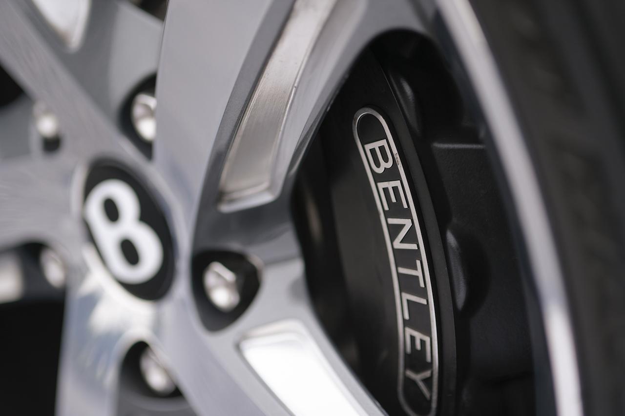 画像: 重量級ボディを怒涛の速さで走らせるために、ブレーキもまた強力な仕様が与えられている。