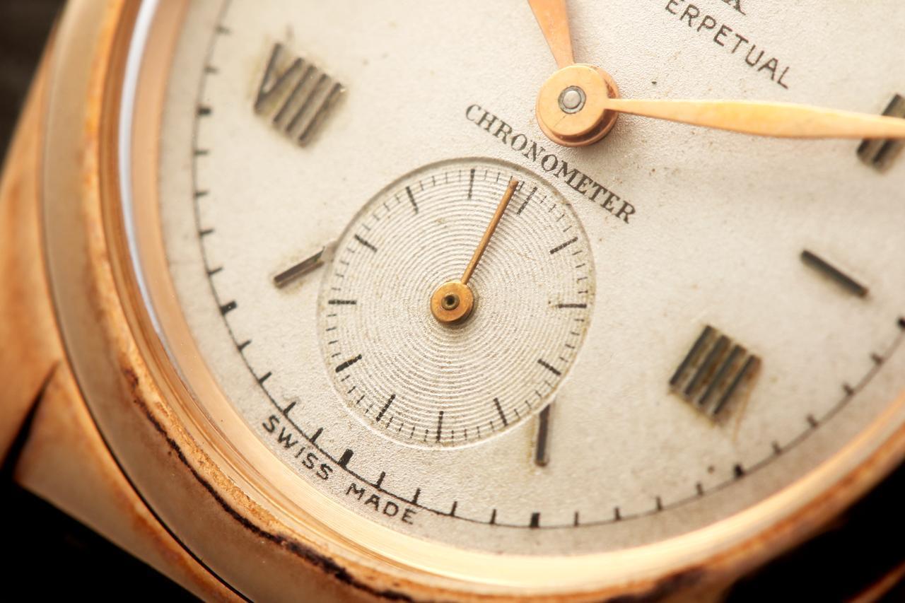 画像: インデックスはⅫ・Ⅱ・Ⅳ……と1つずつローマ数字が飛んでいる「飛びローマ」。文字盤下部には独立した秒針機能のスモールセコンド