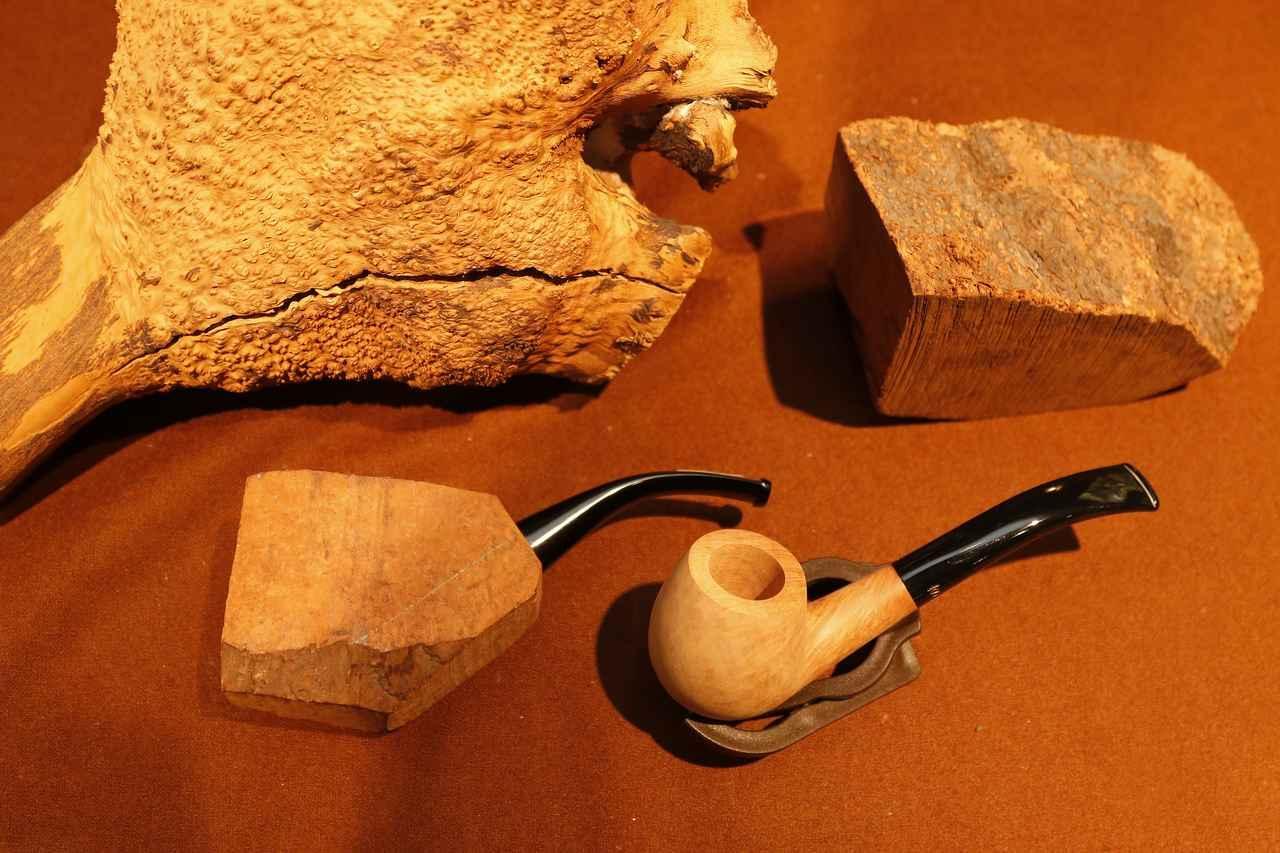 画像: 左上がブライヤーの根っこ。これをブロックにして削り出していき1本のパイプが完成する