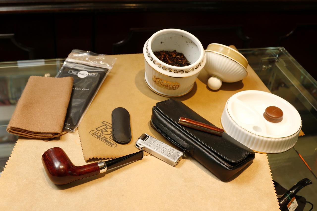 画像: 喫煙時間を彩るべく、道具にこだわる人も多いパイプの世界