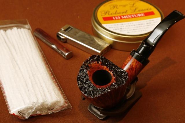 画像: パイプ本体、タバコの葉、専用ライター、タンパー、モール(お手入れ用)。これが基本セットだ