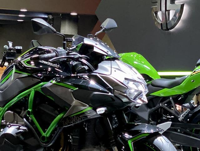 画像: スーパーネイキッドZシリーズ共通のデザインコンセプトである「Sugomi」デザインを体現しながら、スーパーチャージャーのエアインテークダクトを活かした左右非対称のデザインを採用。
