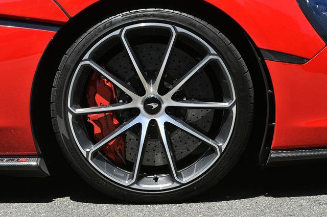 画像: オプションのダイヤモンドカット仕様軽量鍛造ホイールにタイヤはPゼロコルサを装着。カーボンセラミックブレーキは標準仕様。