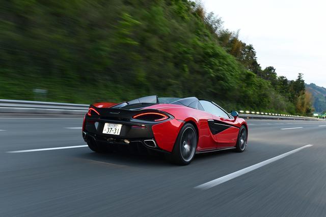 画像: スパイダーらしく、ルーフを開けて高速道路を走る。サイドウインドウとリアウインドウを上げておけば、風の巻き込みも最小限。