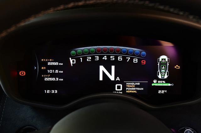 画像: トラック(サーキット)モードを選ぶとメーターパネルはこのように必要な要素を瞬時に理解しやすい表示となる。
