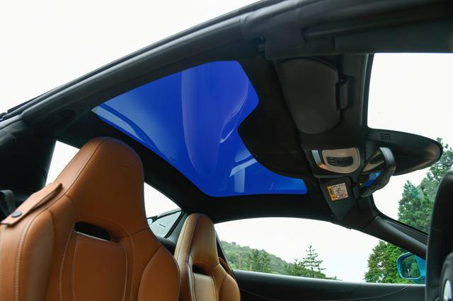 画像: 電動リトラクタブルトップにエレクトロクロミック技術を使ったガラスをオプション設定。透明度をワンタッチで選べる。