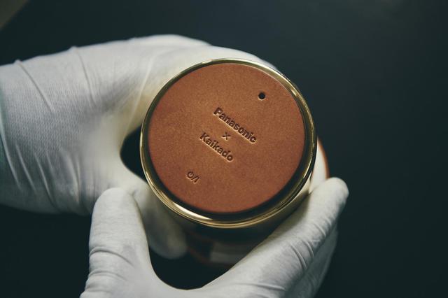 画像: 「響筒」レザーの底面には開発に当たったPanasonicと開化堂、両社の銘が入っている