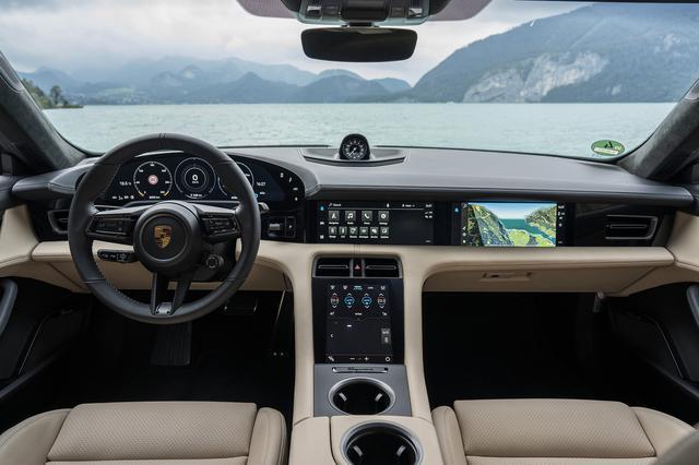 画像: メーターは16.8インチ、中央と助手席に10.9インチタッチ式、エアコンなどの設定は8.4インチのタッチ式と、4つのディスプレイを用意。中央にギアセレクターはない。
