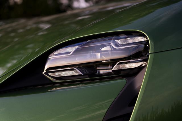 画像: 4灯式LEDドライビングライト、ポルシェダイナミックライトシステムプラス付LEDマトリクスヘッドライトは標準装備される。