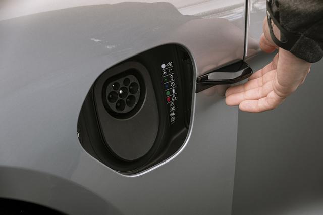 画像: 手の動きによって給電口のトビラが開く電動充電ポートドアを採用。他にも車内からコントロールパネルで操作することができる。