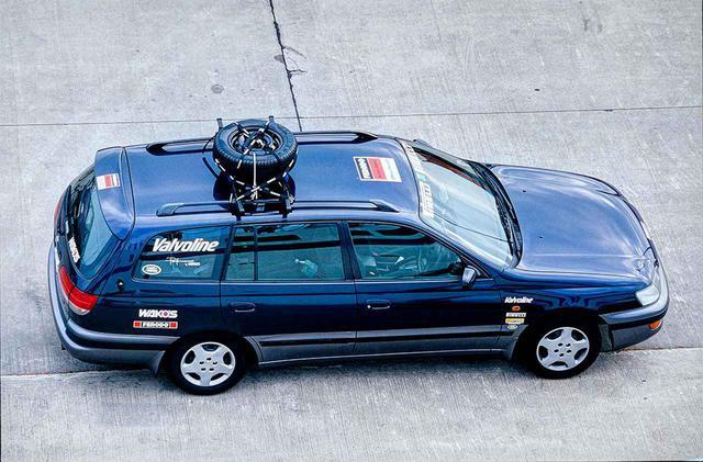 画像: 様々な条件を考慮した結果、晴れて大陸横断の栄誉を担うこととなったクルマは、96年式トヨタ・カルディナCZ。6万km走行済みの1.8ℓFFの中古車を日本で購入。装備も必要最小限。