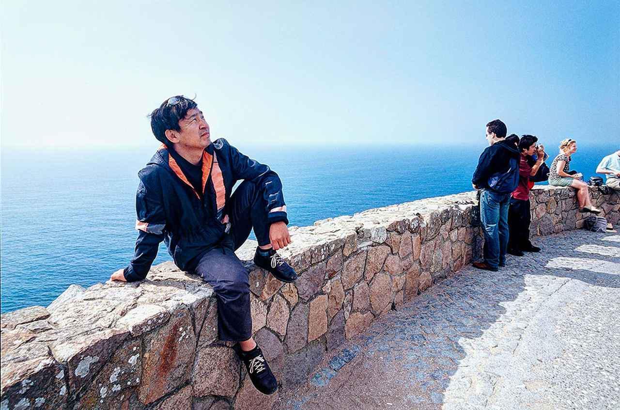 画像: ユーラシア大陸横断の目的地としたポルトガルのロカ岬にある展望台にて、感慨にふけるかのような表情を浮かべる金子浩久氏。