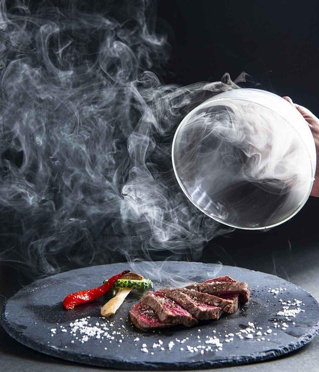 画像: 石垣島でバカンスするなら、瞬間燻製本格ステーキ「かびら亭」一択。