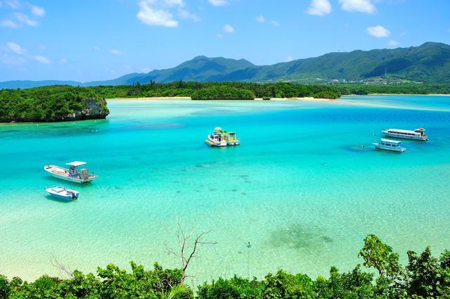 画像: 石垣島の北西部にある川平湾。日本百景に選ばれているほかミシュラングリーンガイドで3ツ星を獲得している、石垣島を代表する観光名所だ