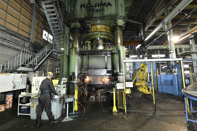画像: BBSジャパン本社工場内では、大型のプレス機を使って鍛造ホイールが生産されている。こちらはこれまで最大級だった9000トンプレス。圧力が高ければ高いほど、大径なホイールを効率よく生産することが可能になる。