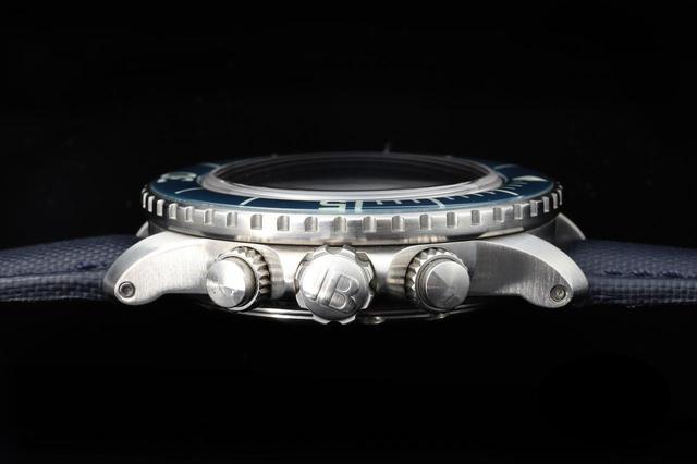 画像: リューズ、ダイヤルはダイバーズウォッチらしく操作しやすい大型のものを採用
