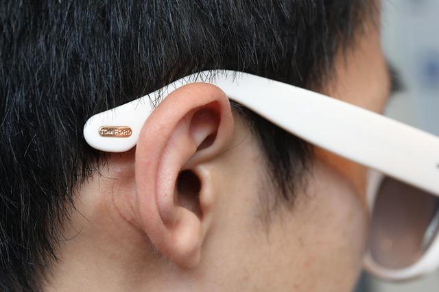 画像: メガネのツルの長さ、耳にかかる位置ともにちょうどよい。写真のようにバランスが取れていれば、サングラスを長時間掛けていても、耳・こめかみ・鼻が痛くならない