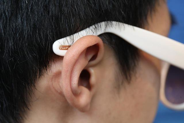 画像: 一見してバランスがいいように見えるが、よく見れば耳にツルがかかっていない。これは自分ではなかなか気づかないもので、しばらく装着しているとだんだんとサングラスがずれ落ちてくる