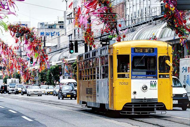 画像: 出国日にあたった8月1日から富山県の高岡市では「高岡七夕まつり」が開かれていた。路面電車は、02年から第三セクター化された万葉線の車両。こんな日本の風景ともしばらくお別れ。