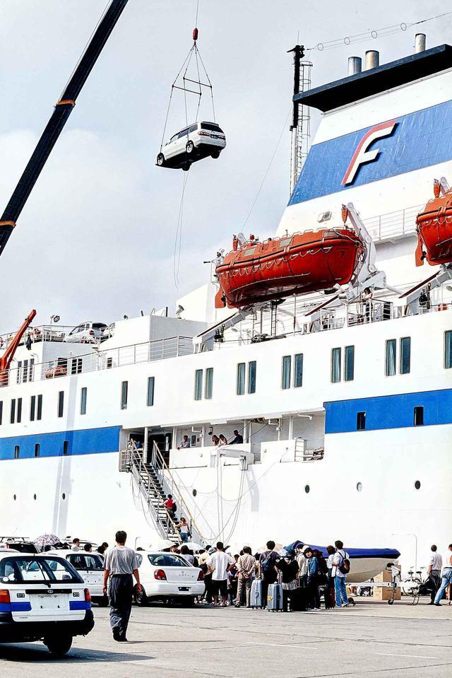 画像: 2003.8.1/富山県伏木港にて。ウラジオストクへの出港時刻は19時。フェリーへの車両積み込みは、自走だけでなくクレーンによる積み込み方法も取られていた。