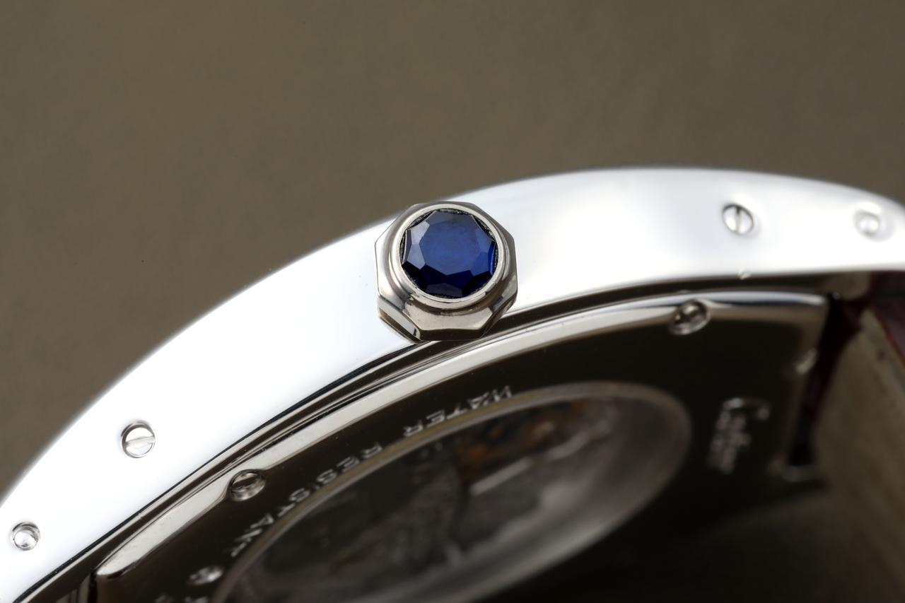 画像: カルティエ時計の定番であるリューズの宝石。こちらはサファイヤを使用