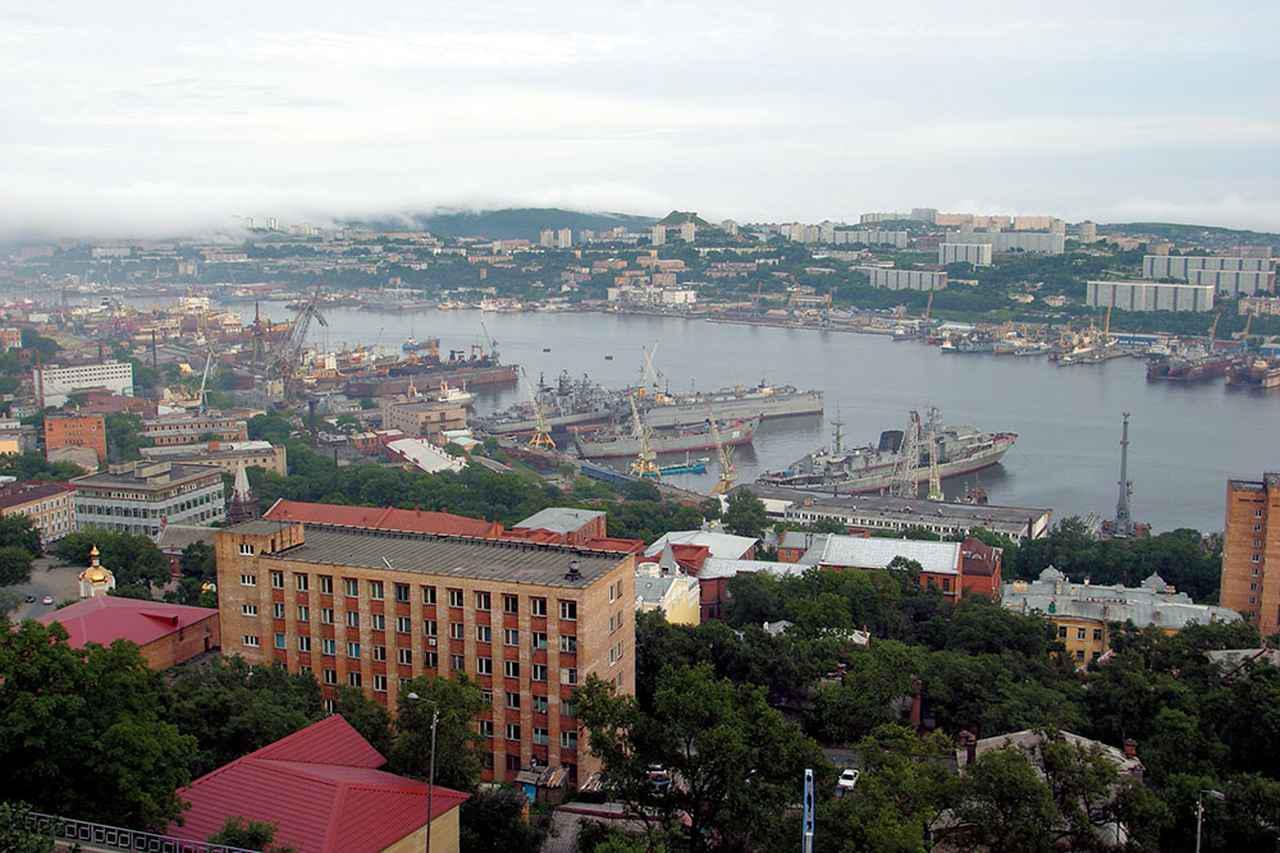 画像: ウラジオストクはロシア連邦の沿海地方、その南東端に位置する極東最大の都市。人口は約70万人。現在もロシア太平洋艦隊の司令部が置かれ、重要な軍港都市でもある。