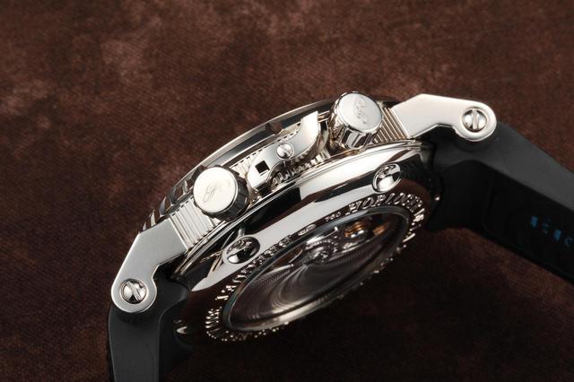 画像: 回転ベゼルをロックする機構をサイドの中央に配置。細かく美しいパーツの一つずつが集まりブレゲの時計を構成しているのだ