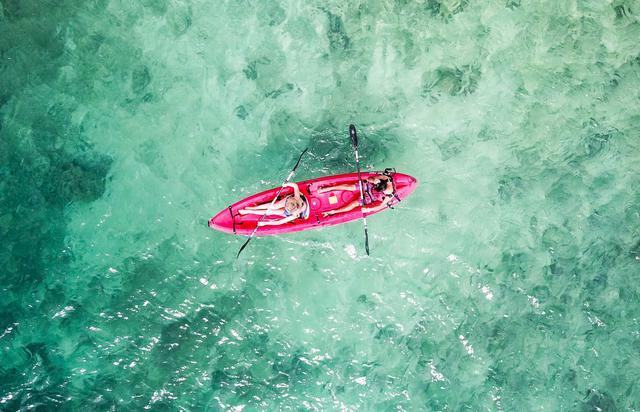 画像: 美しい海でシーカヤック体験