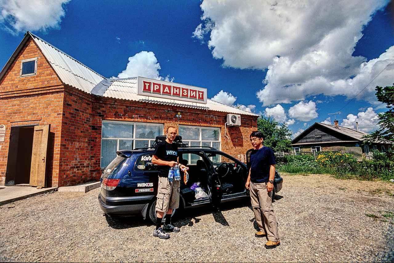 画像: ロシアの道を安心して走り続けるため、車内にもある程度の飲料水や食料品を備蓄しておく。買えるときに買っておく。