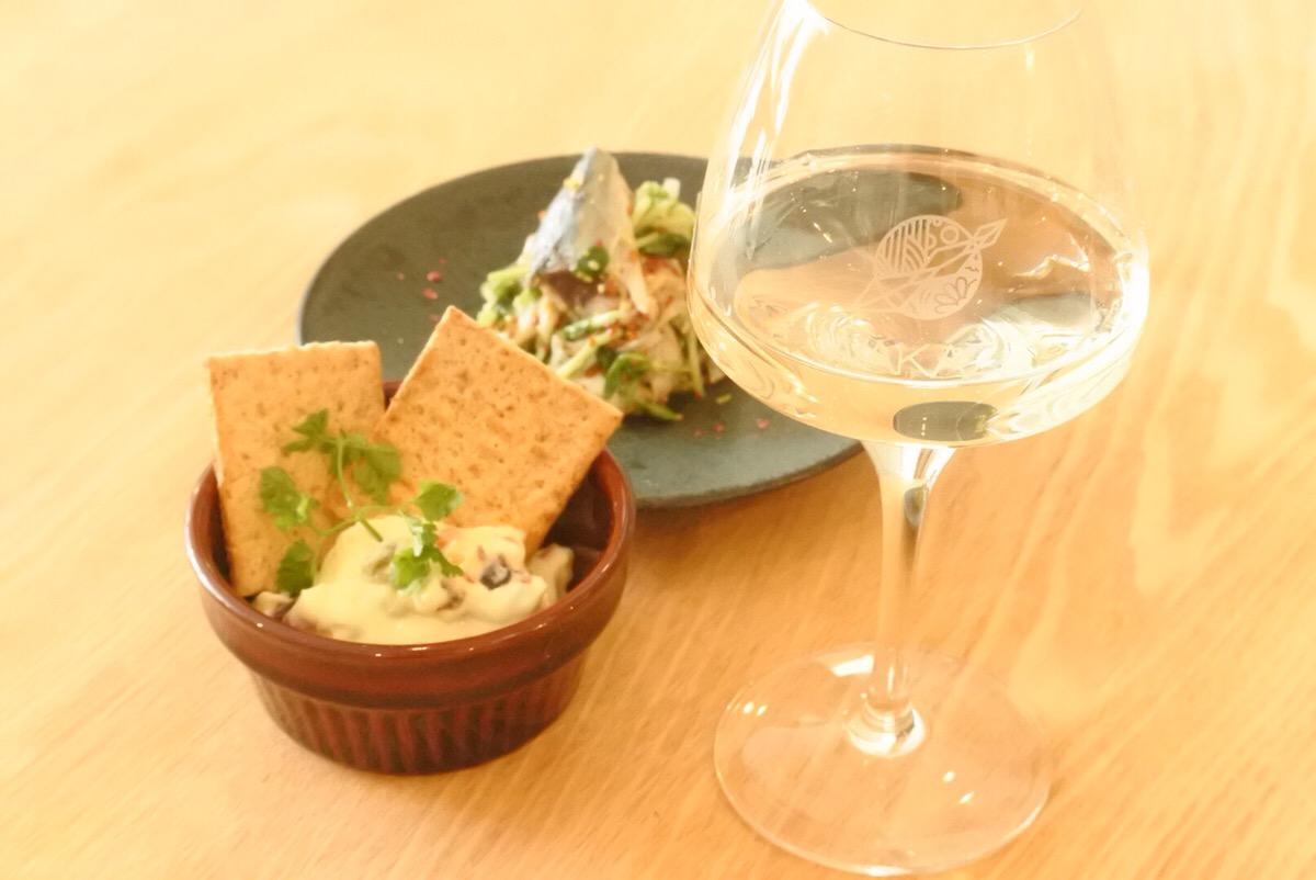 画像: 直営店「Whim SAKE&TAPAS」で供される創作TAPAS。WAKAZEの故郷、山形県庄内地方の食材を使っている。