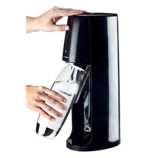 画像: 専用ボトルに水を入れる(本体にはガスシリンダーをセット)