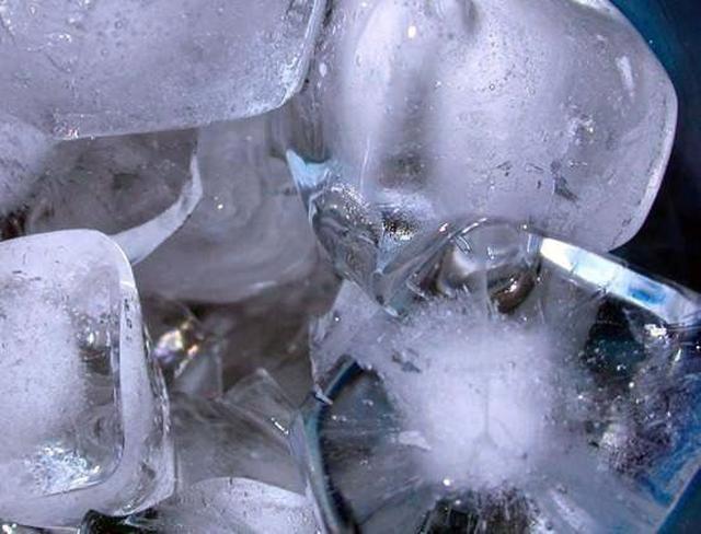 画像: 宝石のような氷が簡単にできる【ジュエルアイス】