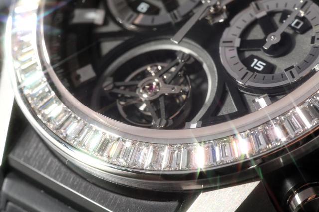 画像: 68個のダイヤモンドがベゼルを彩る