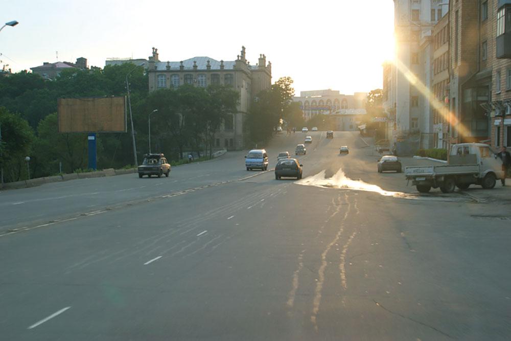 画像: 早朝のウラジオストク市内を後にして、いよいよ大陸横断に踏み出す。市内の道路でもいたるところにひび割れや段差などがあり、インフラ整備の遅れを実感させられた。