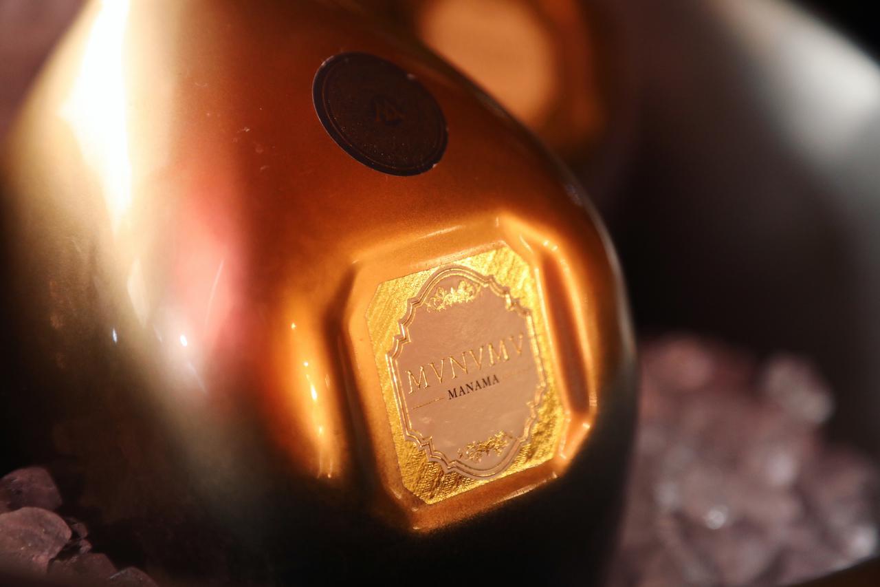 画像3: 四角いボトルに煌めく魅惑の赤い泡「MVNVMV MANAMA」